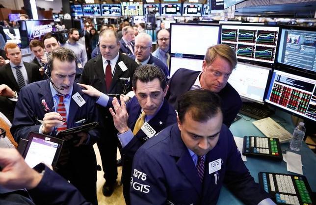 3月29日、米国株式市場は、S&P総合500種が小幅高で引けた。金融株が反落したが、エネルギーや消費関連株が買われて相場を支えた。NY証取で撮影(2017年 ロイター/Brendan McDermid)