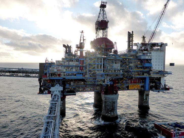 FILE PHOTO: Oil and gas company Statoil drilling and accommodation platform Sleipner A is pictured offshore near Stavanger, Norway, February 11, 2016.   REUTERS/Nerijus Adomaitis/File Photo