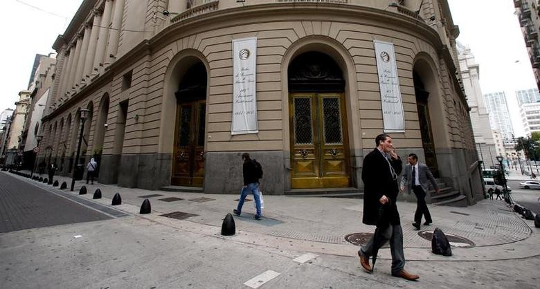 Pedestrians walk by the main entrance of the Buenos Aires Stock Exchange, Argentina, April 18, 2016. REUTERS/Marcos Brindicci - RTX2AHAB
