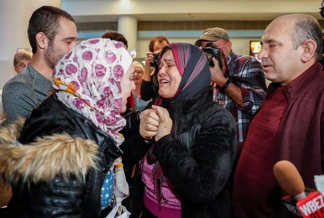 3月29日、イスラム圏諸国からの入国を制限する新たな米大統領令について、ハワイ州連邦裁判所は、先に言い渡していた一時的な執行停止命令を無期限延長する判断を下した。写真はシカゴのオヘア国際空港に到着し、両親に迎えられたシリア難民の女性。2月撮影(2017年 ロイター/Kamil Krzaczynski)