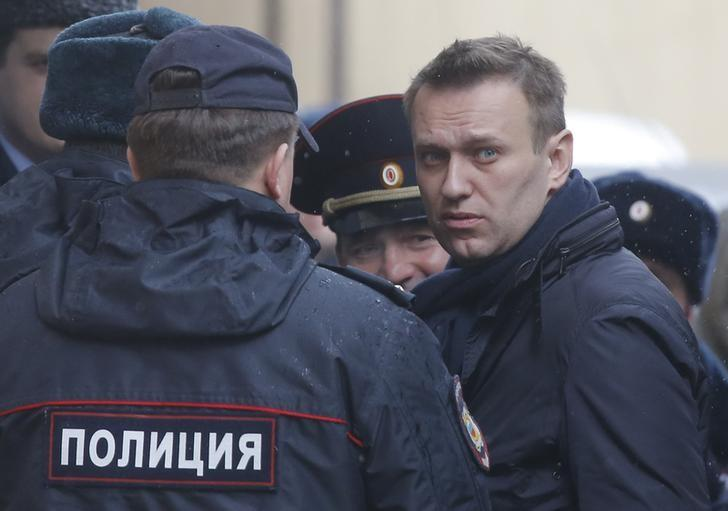 Russian opposition leader Alexei Navalny is escorted upon his arrival for a hearing after being detained at the protest against corruption and demanding the resignation of Prime Minister Dmitry Medvedev, at the Tverskoi court in Moscow, Russia March 27, 2017. REUTERS/Maxim Shemetov