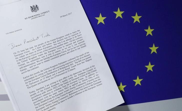 2017年3月29日,欧盟旗帜与英国首相特雷莎·梅签署的退欧信函复印件。REUTERS/Yves Herman
