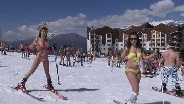 ロシアのスキーリゾート地ソチで1日、約1200人がビキニなど水着姿でゲレンデを滑降、新記録樹立に挑戦した。写真はロイタービデオの映像から(2017年 ロイター)