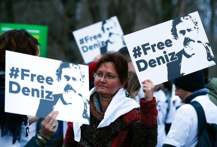 Protestors carry placards during a demonstration to support arrested German-Turkish journalist Deniz Yucel outside theTurkish Embassy in Berlin, Germany, February 28, 2017.     REUTERS/Fabrizio Bensch/File Photo