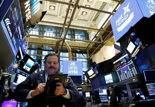 4月3日、米国株式市場は小幅続落で引けた。3月の自動車販売台数が低調だった上に、トランプ政権の政策運営能力を疑問視するムードが続いたことが響いた。NYSEで先月20日撮影(2017年 ロイター/Brendan McDermid)
