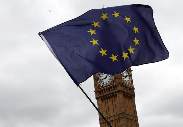 4月2日、2年間の英EU離脱交渉が予想に反して穏やかに幕を開けたが、今後の成り行き次第では波乱に見舞われたり、場合によっては決裂する可能性をはらんでいる。写真はEUの旗。ロンドンで3月撮影(2017年 ロイター/Stefan Wermuth)