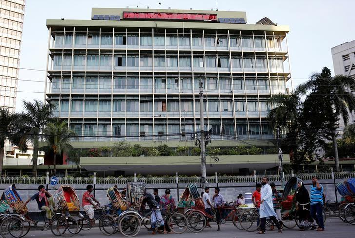 Commuters walk in front of the Bangladesh central bank building in Dhaka, Bangladesh, September 30, 2016.  REUTERS/Mohammad Ponir Hossain