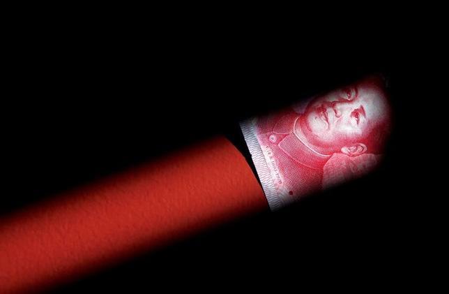 3月31日、人民元の鳴り物入りの国際金融市場へのデビューに関して言えば、中国は川の小石の上に一歩を踏み出したに過ぎない。写真は人民元紙幣。北京で2011年3月撮影(2017年 ロイター/David Gray)