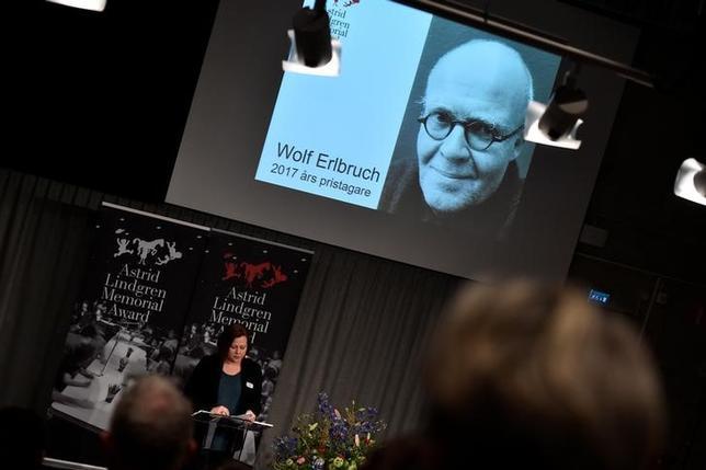 4月4日、「長靴下のピッピ」などの著作で知られるスウェーデンの児童文学作家リンドグレーンを記念してスウェーデン政府が授与している「アストリッド・リンドグレーン記念文学賞」に、今年はドイツのイラストレーター、ヴォルフ・エールブルッフ氏が選ばれた。提供写真(2017年 ロイター/Noella Johansson/TT NEWS AGENCY)