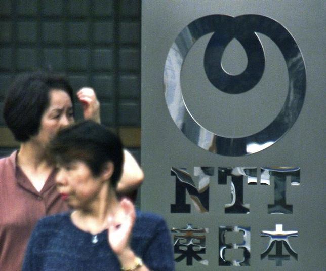 4月6日、NTTは、総務省有識者委員会で、2024年から固定電話の通話料金を全国一律3分8.5円にすると表明した。固定電話網(PSTN)をインターネットを使ったIP網に移行するのに伴い変更する。写真は都内の同本社で2000年7月撮影(2017年 ロイター/Toshiyuki Aizawa)