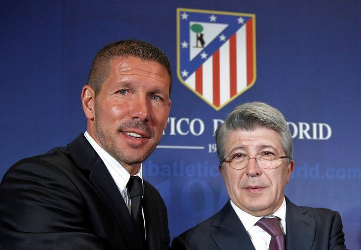 FILE PHOTO: Former Argentina captain Diego Simeone (L) and Atletico Madrid President Enrique Cerezo pose for photographers at Simeone's presentation as new coach at Vicente Calderon stadium in Madrid, Spain December 27, 2011. REUTERS/Andrea Comas/File Photo