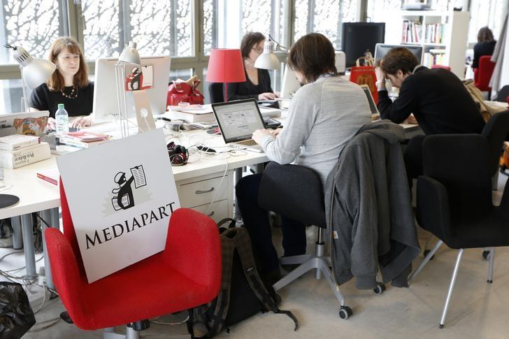 File photo: Journalists work in the newsroom at the offices of French investigative news website ''Mediapart'' in Paris April 8, 2013.     REUTERS/Charles Platiau