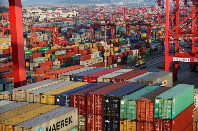 资料图片:2016年9月,上海洋山深水港集装箱码头。REUTERS/Aly Song