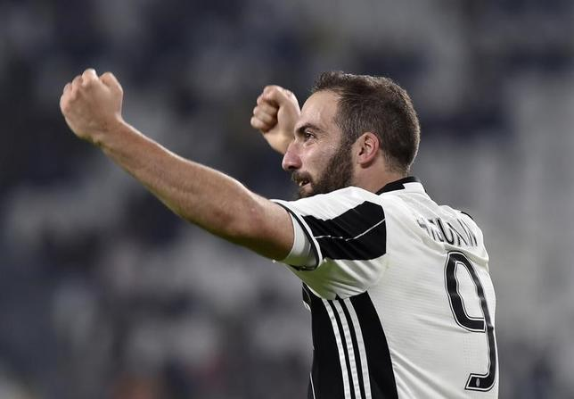 4月8日、サッカーのイタリア・セリエA、首位ユベントスはキエボに2─0で勝利。ホームでの国内リーグ連勝記録を32に伸ばした。ゴンサロ・イグアインが2得点(2017年 ロイター/Giorgio Perottino)