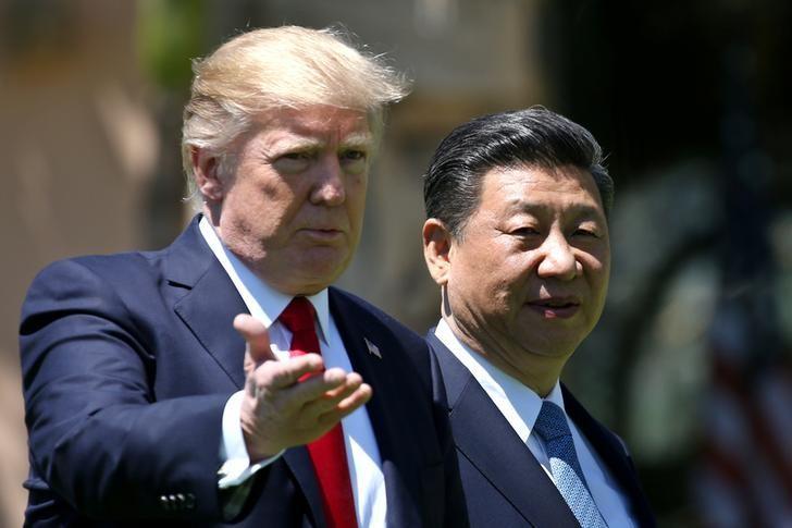 2017年4月7日,美国总统特朗普和中国国家主席习近平在海湖庄园内散步并交谈。REUTERS/Carlos Barria