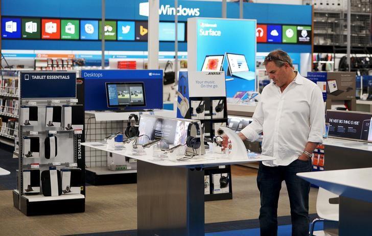 资料图片:2015年5月,美国丹佛一家百思买店面内的顾客。REUTERS/Rick Wilking