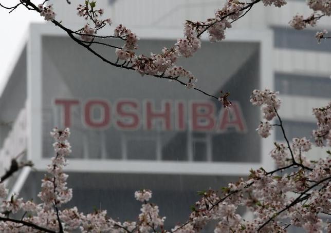 4月11日、東芝は、2度にわたり延期していた2016年4─12月期の決算を発表した。監査を担当するPwCあらた監査法人は、調査結果の評価が終わっていないとして結論を表明しなかった。写真は東芝のロゴ、都内で11日撮影(2017年 ロイター/Toru Hanai)