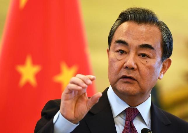 4月13日、中国の王毅外相は同日、北朝鮮情勢について、軍事力では問題を解決できないとし、協議再開の機会が生まれることを望むと述べた。北京で昨年12月代表撮影(2017年 ロイター)