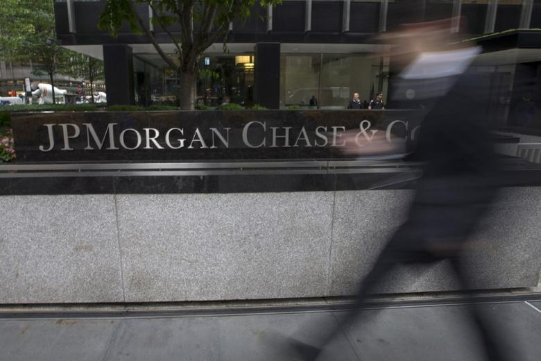 FILE PHOTO - People pass the JP Morgan Chase & Co. Corporate headquarters in the Manhattan borough of New York City, May 20, 2015.  REUTERS/Mike Segar/File Photo