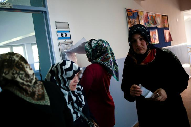Women vote at a polling station during a referendum in the Uskudar district in Istanbul, Turkey April 16, 2017. REUTERS/Alkis Konstantinidis