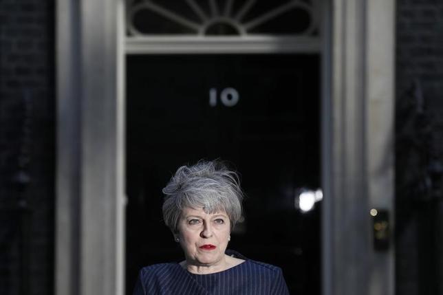 4月18日、英国のメイ首相は、6月8日に総選挙を前倒し実施する意向を表明した。選挙実施に必要とされる手続きと政治的な影響についてまとめた。写真は英首相官邸で総選挙前倒しを表明したメイ首相(2017年 ロイター/Stefan Wermuth)