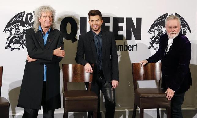 4月18日、英ロックバンド「クイーン」が、米歌手アダム・ランバート(中央)をボーカルに迎え、英国やアイルランド、欧州本土で25公演を行うと発表した。ツアーは11月1日、プラハで始まり欧州本土を回る。その後28日、リバプールで英国公演が幕を開ける。写真は2014年撮影のランバート、ブライアン・メイ(左)とロジャー・テイラー(右)の会見の様子(2017年 ロイター/Fabrizio Bensch)