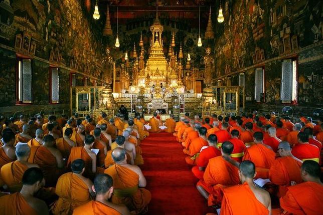 4月19日、タイの政府高官は、昨年10月に88歳で死去したプミポン前国王の火葬が10月26日に行われることが決まったと明らかにした。また、葬儀は5日間にわたり行われると付け加えた。写真は前国王へ祈りをささげる僧侶たち。バンコクのロイヤルパレスで3月撮影(2017年 ロイター/ATHIT PERAWONGMETHA)