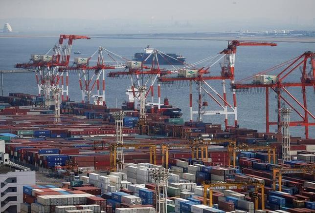 4月20日、財務省が20日発表した3月貿易統計速報は、貿易収支が6147億円の黒字だった。黒字は2カ月連続で、ロイターの予測中央値(5758億円の黒字)を上回った。写真は東京港のコンテナ、3月撮影(2017年 ロイター/Issei Kato)
