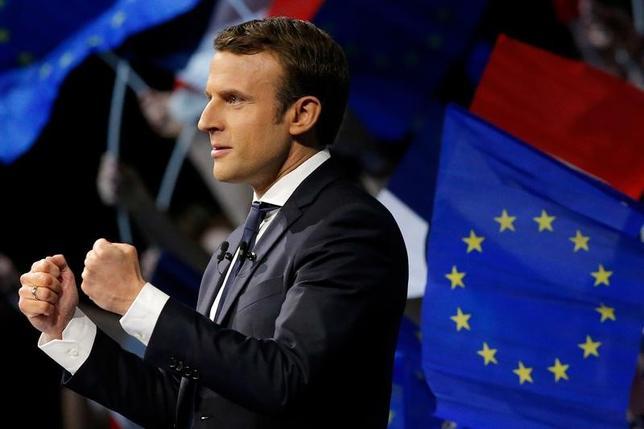 4月21日、エラベの世論調査によると、23日に行われるフランス大統領選挙の第1回投票の支持率は、中道系独立候補のマクロン前経済相(写真)が24%(前回調査と変わらず)となり、トップとなった。写真はナント近郊のサン=テルブランで19日撮影(2017年 ロイター/Stephane Mahe)