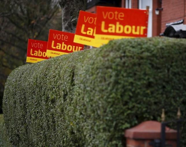 4月21日、英最大野党労働党のヘレン・グッドマン議員は、6月8日に予定されている総選挙について、政権交代が目的ではないとの考えを示した。写真は労働党のプラカード。北イングランドのオールダムで2015年11月撮影(2017年 ロイター/PHIL NOBLE)