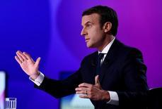 مرشح الرئاسة الفرنسية إيمانويل ماكرون يشارك في برنامج تلفزيوني قرب باريس يوم الخميس. صورة لرويترز من ممثل عن وكالات أنباء.