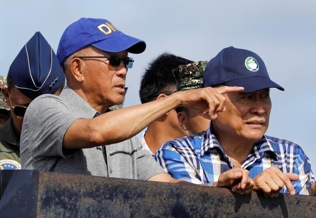 Philippine Defence Secretary Delfin Lorenzana (L) and other government and military officials inspect Philippine occupied Thitu Island in Spratly Islands in the disputed South China Sea, April 21, 2017.   REUTERS/Erik De Castro