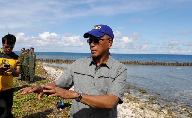Filipino Defence Secretary Delfin Lorenzana talks to reporters in Philippine occupied Thitu Island in the Spratly Islands at disputed South China Sea, April 21, 2017.   REUTERS/Erik De Castro