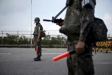 صورة من أرشيف رويترز لجنديين من كوريا الجنوبية في نقطة تفتيش أمنية على جسر مؤدي لقرية الهدنة على مشارف المنطقة معزولة السلاح بين الكوريتين.