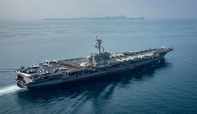 4月24日、韓国国防省報道官は、米海軍の空母「カール・ビンソン」(写真)を中心とする打撃群との共同訓練実施について米国側と協議していることを明らかにした。提供写真。15日撮影(2017年 ロイター/Sean M. Castellano/Courtesy U.S. Navy)