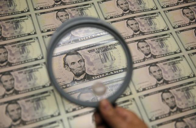 4月24日、正午のドル/円は、前日ニューヨーク市場午後5時時点と比べ、ドル高/円安の110.08/10円だった。写真はワシントンで2015年3月撮影(2017年 ロイター/Gary Cameron)