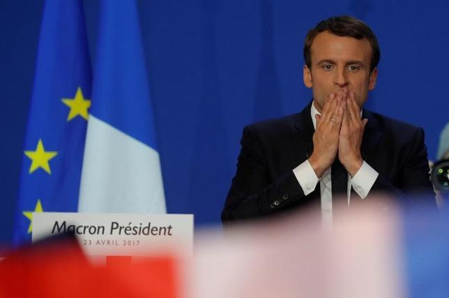 4月23日に実施された仏大統領選の第1回投票の結果、親EUで改革派のエマニュエル・マクロン候補(写真)と、保護主義を訴える極右勢力のマリーヌ・ルペン候補が5月7日の決選投票に進むことが確実となった。写真は23日パリ市で撮影 (2017年 ロイター/Philippe Wojazer)