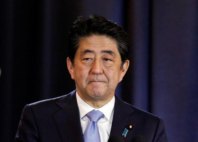 4月25日、安倍晋三首相は今村雅弘復興相が東日本大震災の被害をめぐって東北だったからよかったと発言したことに対し、不適切な発言であり「私からおわびしたい」と述べた。2016年11月撮影(2017年 ロイター/Agustin Marcarian)