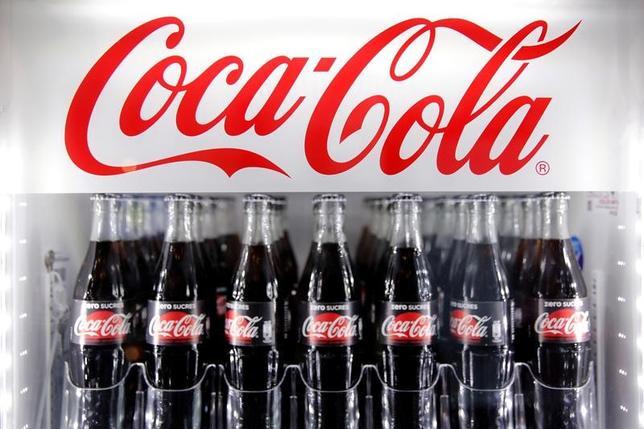 4月25日、米飲料大手コカ・コーラは、約1200人を削減する計画を発表した。写真は、同社商品。パリで20日撮影(2017年 ロイター/Benoit Tessier)