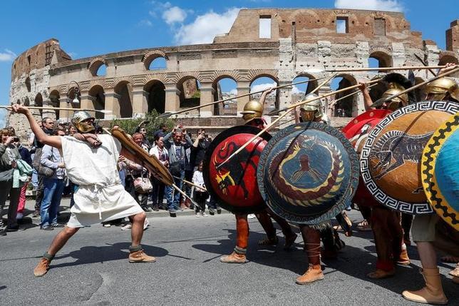 4月23日、ローマ創立記念日のイベントが行われ、古代ローマ時代の衣装に身を包んだ人々が、創立2770年を祝った。コロッセオの前では、軍団兵の衣装に身を包んだ歴史愛好家らのグループがパフォーマンスを披露した(2017年 ロイター/Alessandro Bianchi)