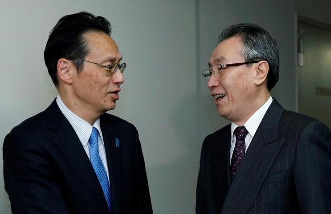 4月26日、外務省の金杉憲治アジア大洋州局長(写真左)と中国の武大偉・朝鮮半島問題特別代表(写真右)は都内で北朝鮮問題を協議し、安保理決議の厳密な履行に向け、緊密に連携することで一致した(2017年 ロイター/Toru Hanai)