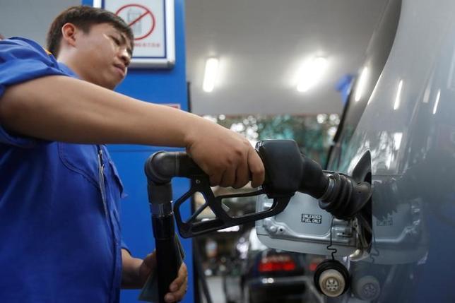 4月27日、原油先物はアジア時間の取引で下落。世界的な供給過剰懸念を受けて地合いが悪化した。ただトレーダーらは、現行水準付近で下値は堅いとも指摘している。写真はハノイのガソリンスタンドで昨年12月に撮影(2017年 ロイター/Kham)