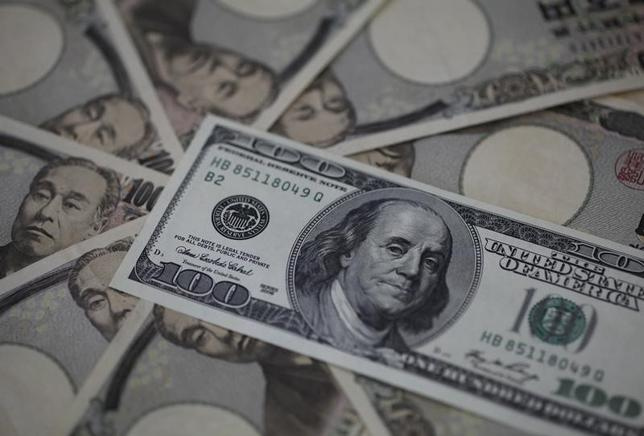 4月27日、正午のドル/円は、前日ニューヨーク市場午後5時時点に比べドル高/円安の111.28/30円だった。正午過ぎには日銀が金融政策の現状維持を発表したが、明確な方向感は出なかった。写真は都内で2013年2月撮影(2017年 ロイター/Shohei Miyano)