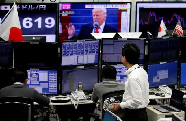 4月27日、多通貨同時決済システム(CLS)の分析データによると、トランプ米大統領の就任後100日間に同氏の特に目立った言動により、世界の為替取引額が時間単位で前年から急増したことが明らかになった。写真は都内の為替取引会社で1月撮影(2017年 ロイター/Toru Hanai)