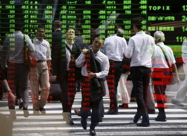 4月28日、来週の東京株式市場は一進一退の展開が想定されている。大型連休明けの為替変動リスクが意識され、ポジションを一方向に傾けにくい。写真は都内で2015年9月撮影(2017年 ロイター/Issei Kato)