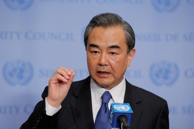 4月28日、中国の王毅外相は、北朝鮮を巡る状況は「重要な転換点」との見方を示した。写真はニューヨークで同日撮影(2017年 ロイター/Lucas Jackson)