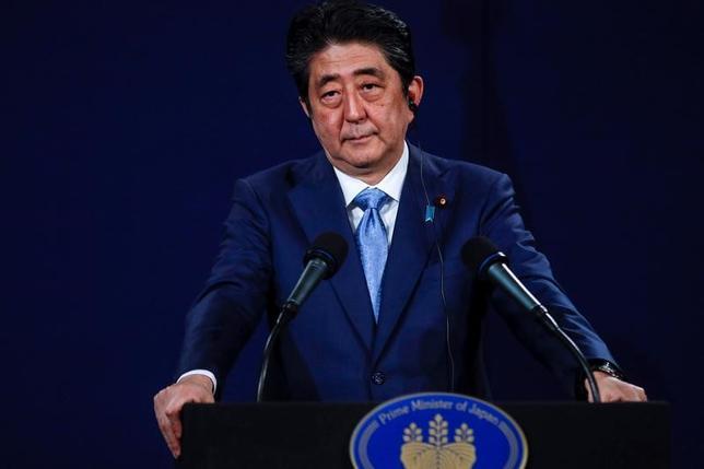 4月29日、安倍晋三首相(写真)は、訪問中の英ロンドンで記者会見し、弾道ミサイルを発射した北朝鮮に対し「重大な脅威であり、断じて容認できない」と非難した(2017年 ロイター/Peter Nicholls)