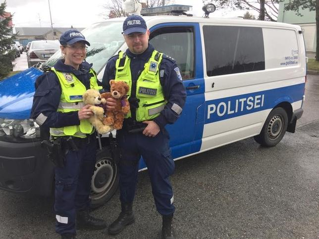 4月28日、エストニアでは、事故や痛ましい状況に巻き込まれた子供たちの気持ちを癒すため、警察のパトカーに「テディベア」を乗せる計画が進んでいる。慈善団体が寄付を募り、1000体のテディベア購入を目指している。写真は26日撮影(2017年 ロイター/Janis Laizans)