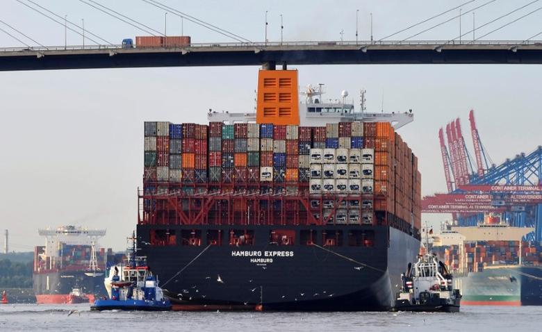 资料图片:2012年8月,汉堡港,两艘拖船牵引着''Hamburg Express''集装箱货轮通过Koehlbrand大桥。REUTERS/Morris Mac Matzen