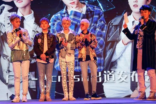 4月28日、中国でメンバー全員が女の子の「ボーイバンド」が人気を集め、まだ曲の発売前にも関わらず、中国のミニブログ「微博(ウェイボー)」でのフォロワーは74万9000人に上る。この「FFC-Acrush」は中性的な外見で、女の子は女の子らしくという中国の「規範」に挑戦する。写真は北京での記者会見(2017年 ロイター/Damir Sagolj)